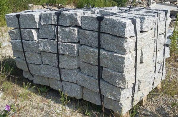 Kamień murowy z granitu surowo-łupany jasno szary drobnoziarnisty 10.20.40